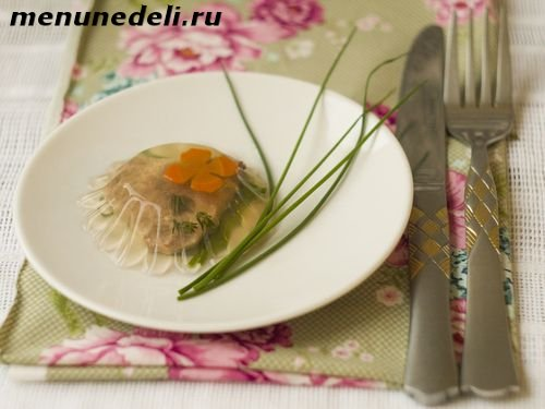 Как приготовить заливной говяжий язык с овощами и зеленью