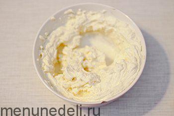 Сливочный сыр взбиваем миксером с сахарной пудрой и сливками