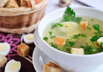Из готового бульона достать овощи добавить яйца и сухарики подать к столу