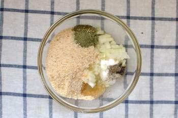 Выложить лук сухари масло сушеную петрушку соль и перец в глубокую тарелку