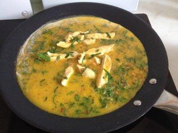 Выкладываем в сковороду взбитые яйца смешанные с луком и куриным мясом