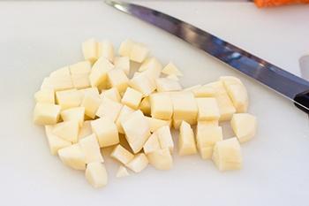 Картофель моем очищаем нарезаем крупными кубиками