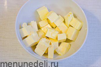 Сливочное масло нарезать кубиками и оставить на время