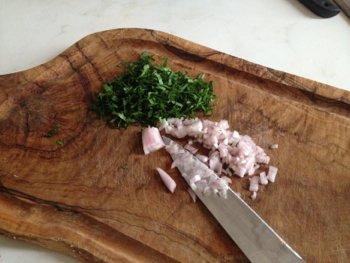 Мелко нарезать лук шалот или чеснок петрушку для салата