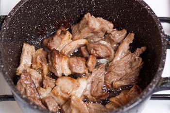 Мясо обжарить на масле а потом немного потушить в воде