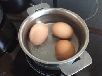 Отварить яйца немного остудить под струей холодной воды
