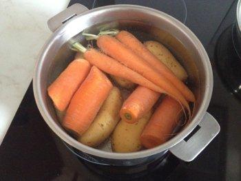 Отварить неочищенными картофель и морковь в кастрюле до готовности