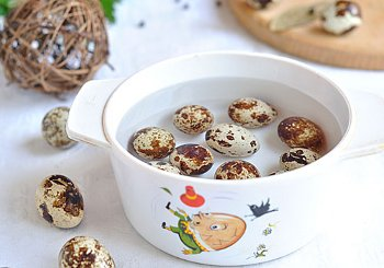 Отварить перепелиные яйца залить холодной водой очистить порезать