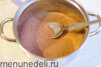 Тщательно перемешать между собой сахар и порошок какао