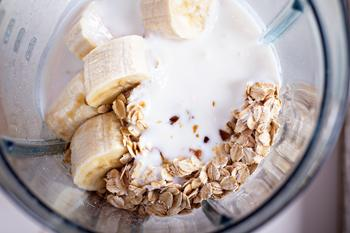 К чернике добавить банан йогурт овсяные хлопья кленовый сироп