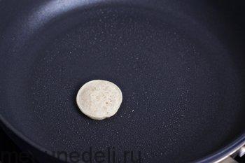 Разогреть сковороду смазать маслом капнуть немного теста
