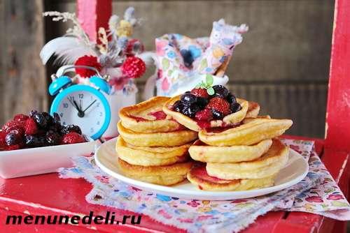 Рецепт оладьев на сметане с замороженными засахаренными ягодами