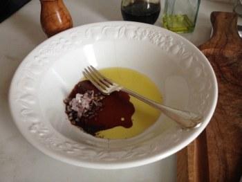 Смешать уксус оливковое масло лук шалот или чеснок зелень черный перец