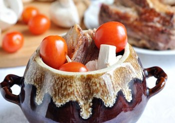 Сложить в горшочек мясо грибы лук помидоры ничем не заливать