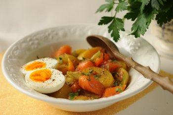 Перемешать все ингредиенты заправить салат соусом добавить вареные яйца