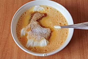 Взбитые яйца смешать со сметаной добавить сахар и соль