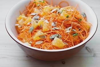 Соединяем между собой апельсин морковку и тыквенные семечки