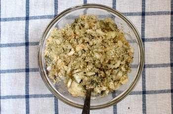 Перемешать между собой сухари лук масло петрушку соль перец