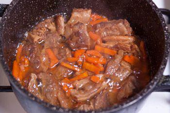 К мясу добавить овощи посолить поперчить немного потушить