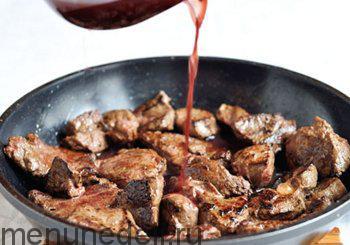 Печень положить в сотейник залить вином и поставить на огонь