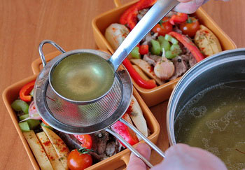 Уложить мясо и овощи в форму залить процеженным бульоном