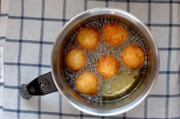 Разогреть в кастрюльке растительное масло жарить заготовки до золотистой корочки