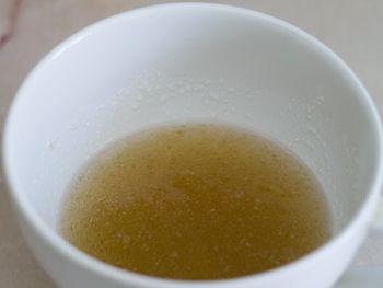 Желатин необходимо залить прохладной водой и оставить набухать на полчаса