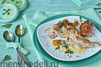 Запеченный с молоком кролик на тарелке