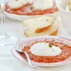 Яйца пашот с томатным соусом