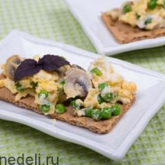 Омлет в мультиварке - с грибами и зеленым горошком
