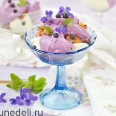 Творожный десерт с черникой и печеньем
