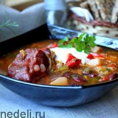 Фасолевый суп с копчеными ребрышками