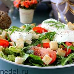 Салат с рукколой и яйцом-пашот