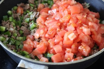 К перцу и фаршу добавлены мелко порезанные помидоры