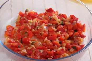 Выливаем первый слой перечно томатного соуса в глубокую форму