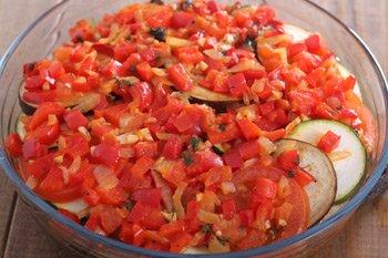 Чередовать слои овощей и томатно перечного соуса пока они не закончатся
