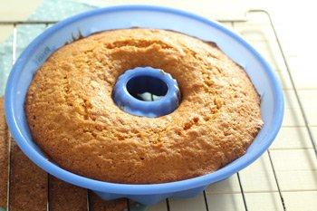 Выпекать лимонный кекс в духовке в течение 30 минут