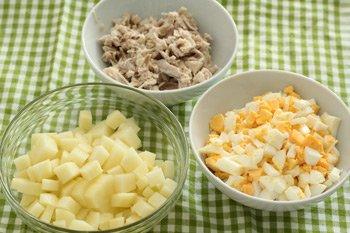 Отвариваем и режем мелко яйца режем картофель мелкими кубиками