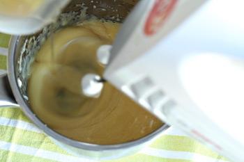 Взбивая миксером содержимое кастрюльки постепенно вводим масло
