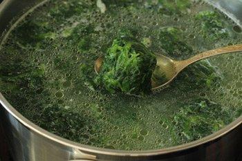 Добавляем в бульон картофель и рис варим 10 минут затем добавляем шпинат