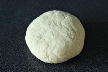 Вымешанное пресное тесто для приготовления мучных изделий