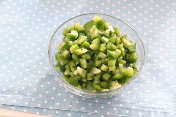 Мелкопорезанный зеленый перец для соуса болоньезе