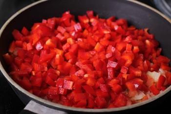 Очищенный и порезанный кубиками болгарский перец добавляется к томатной смеси