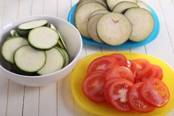 Кабачок баклажаны и помидоры нарезанные тонкими кружочками