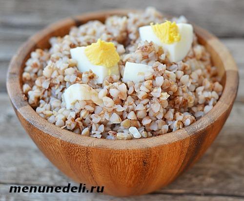 Правильно приготовленная гречневая каша с яичным желтком