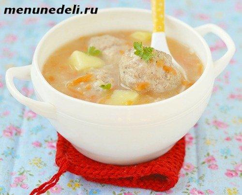 Готовый суп с фрикадельками из фарша с картофелем и зеленью