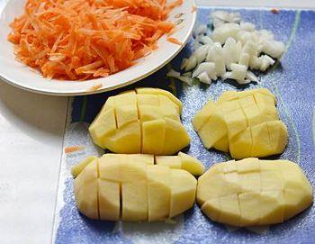 Картофель нарезать небольшими кубиками морковь потереть на крупной терке