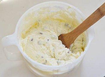 Смешать вместе творог масло яйца манку изюм ванилин соль