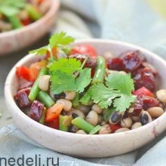 Салат из двух видов фасоли с колбасками