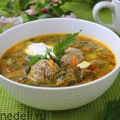 Щавелевый суп с крапивой и фрикадельками